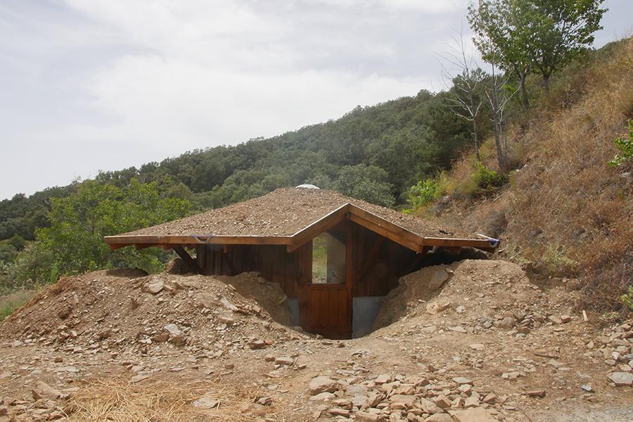 Yurta de madera con techo verde